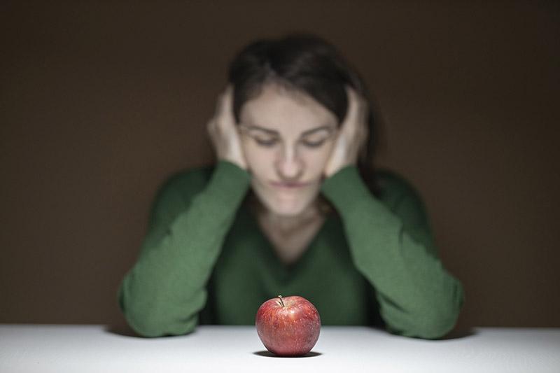 Kvinna-ersätter-mat-med-äpple