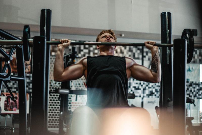 Man-tränar-skivstång