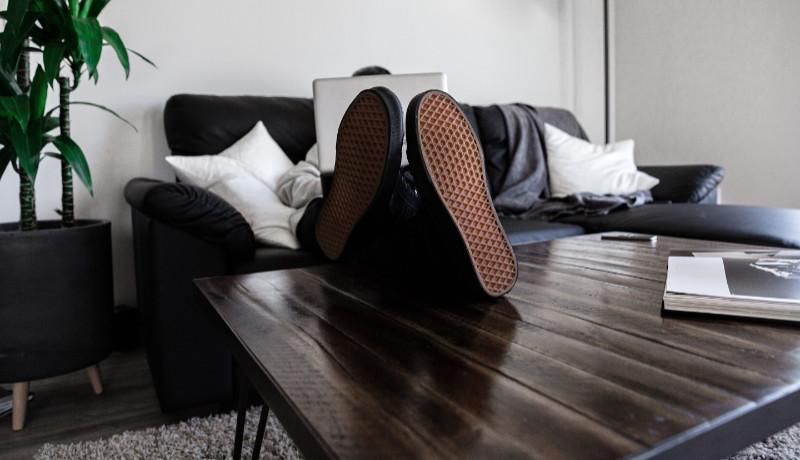 Fötterna-på-bordet