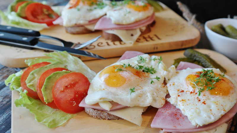 Ägg-skinka-sallad-tomat