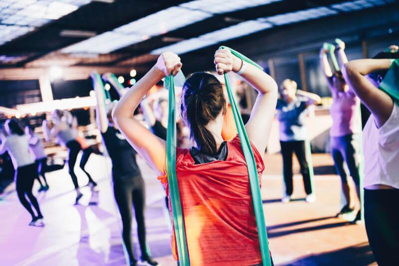 Kvinna-använder-träningsband