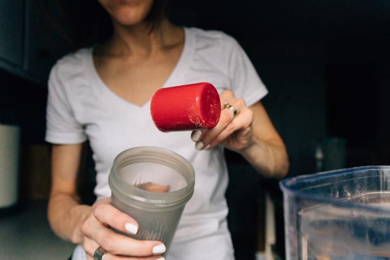 Kvinna-gör-kreatin-shake